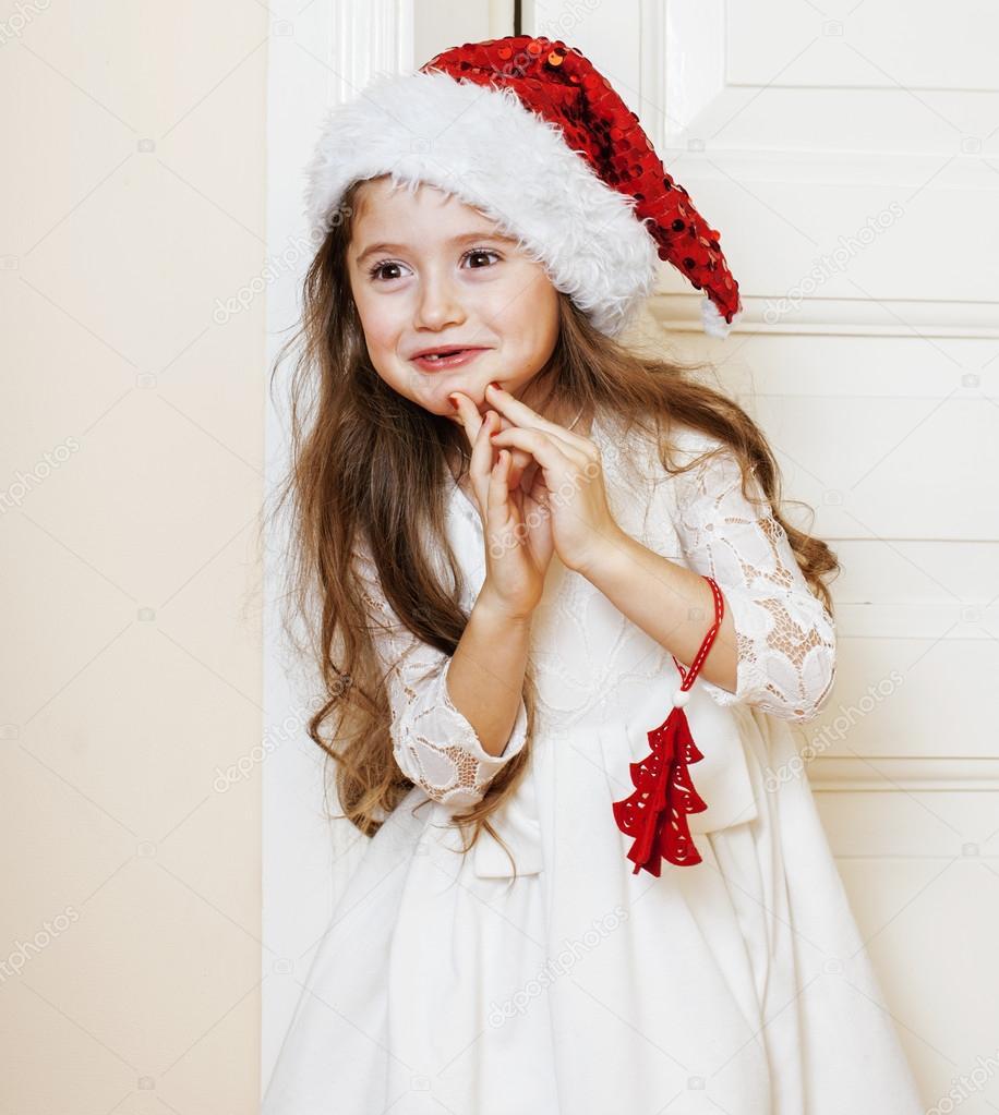 kleine niedliche Mädchen in Santas roten Hut Weihnachtsgeschenke ...