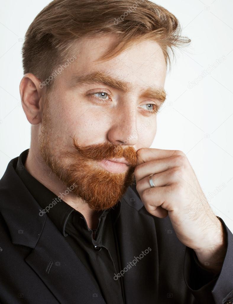junge rote haare mann mit bart und schnurrbart im schwarzen anzug auf wei em hintergrund. Black Bedroom Furniture Sets. Home Design Ideas