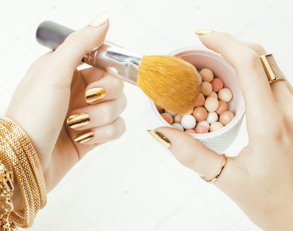 a74f2ab68f82 žena ruce zlatý manikúru a mnoho prstenů blízko drží štětce