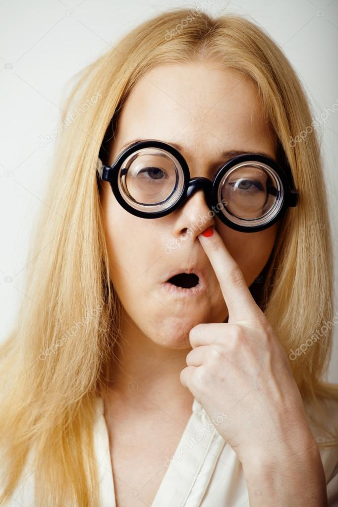 92c296cc96f15 jovem loira adolescente em óculos grande brincar