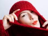 mladá krásná žena v svetr a šátek celé její tvář, chladu v zimě blízko nadcházející, červené rty make-up