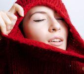 mladá krásná žena ve svetru