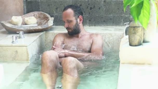 Uomo In Vasca Da Bagno.Uomo Che Lava Il Suo Corpo Nella Vasca Da Bagno In Bagno