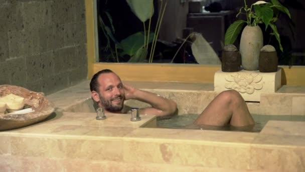 Uomo In Vasca Da Bagno.Uomo Nella Vasca Da Bagno Di Notte