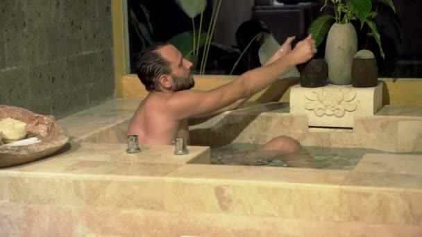 Uomo In Vasca Da Bagno.Uomo Nella Vasca Da Bagno Bracci Di Lavaggio