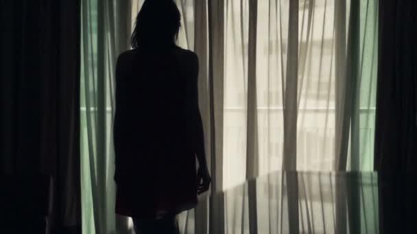 Vrouw lopen uit op terras thuis u2014 stockvideo © motion pl #104763352