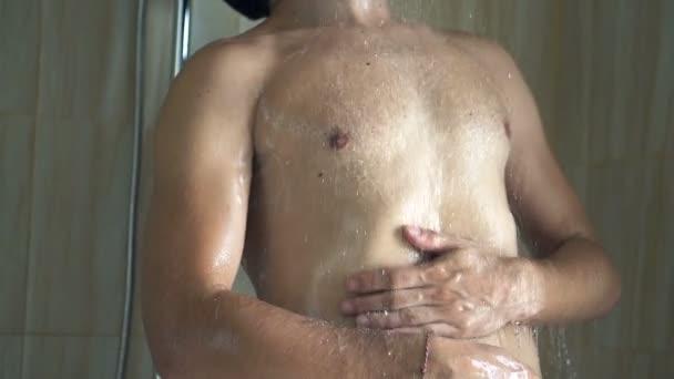 cycki pod prysznicem
