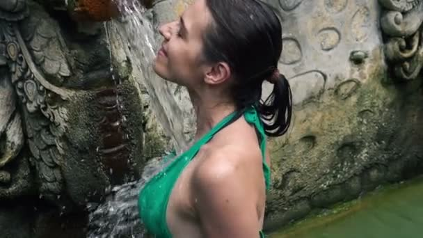 Nackte Frau wäscht Körper unter der Dusche - Stock-Footage