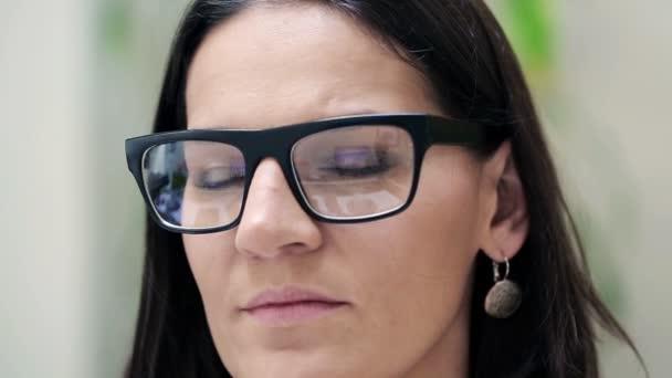 portrait der sch nen frau mit brille stockvideo 61865251. Black Bedroom Furniture Sets. Home Design Ideas