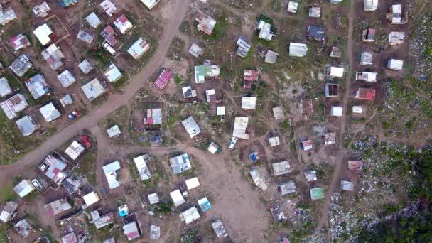 Dron letící nad chudinským městem v Africe
