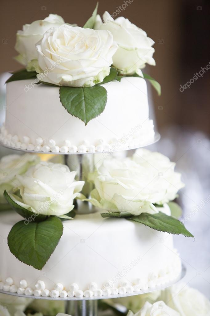 Weisse Hochzeitstorte Mit Rosen Stockfoto C Kb Photodesign 98592810