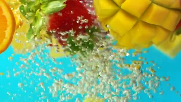 Mangó eper narancs görögdinnye keveréke vízben úszó buborékokban, másolás