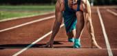 Fotografia giovane atleta muscoloso è allinizio del tapis roulant al s
