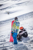 Ten v zasněžených horách s snowboardu