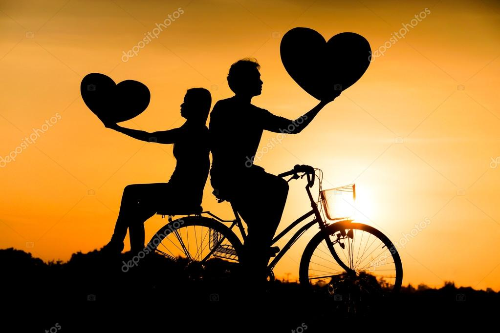 Silueta De Un Hombre Y Una Mujer De Andar En Bicicleta