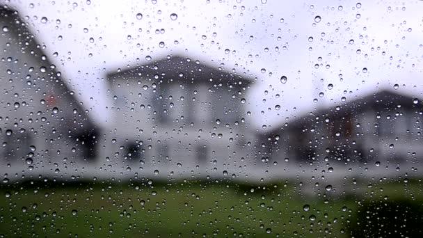 Dešťová kapka zatažená obloha s deštěm spadla z pohledu skleněné okno auta z okna u vesnice