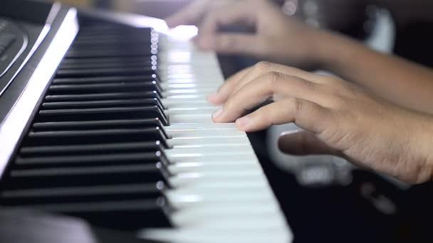 Közelről lövés sekély mélységben mező kezet játszani a zongora billentyűzet sajtó a fekete-fehér kulcs nő