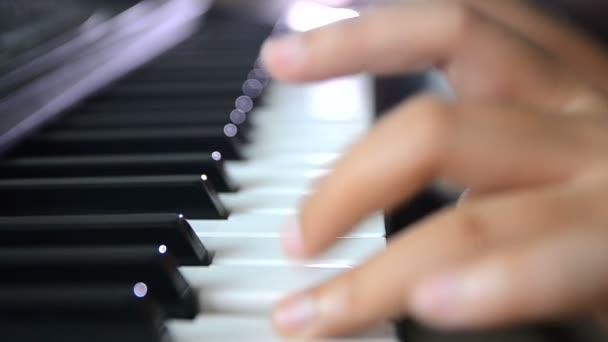 Nahaufnahme flache Schärfentiefe Hände einer Klavierspielerin drücken auf schwarz-weiße Taste