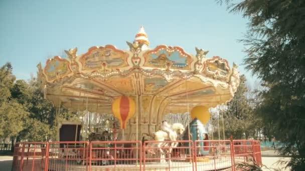dětský kolotoč v parku