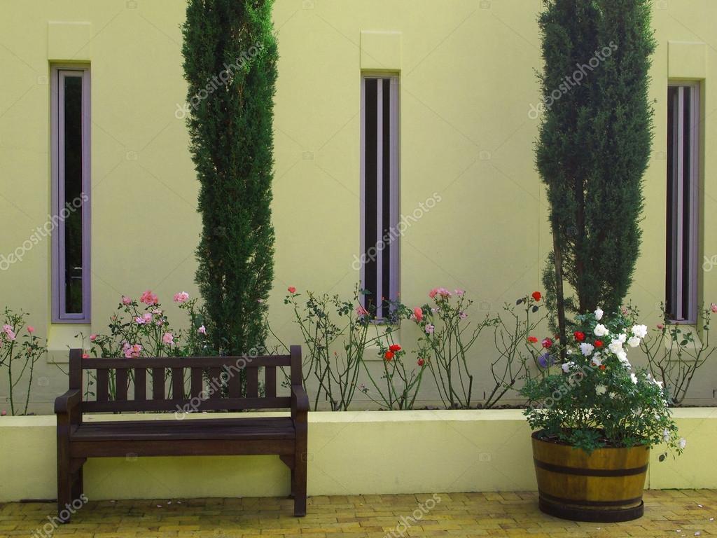 Facciata esterna della casa di campagna con cipressi e for Piani di casa del merluzzo cape modificati