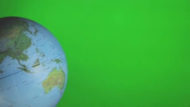 Obličejová maska na glóbu světa rotující na zelené chromě