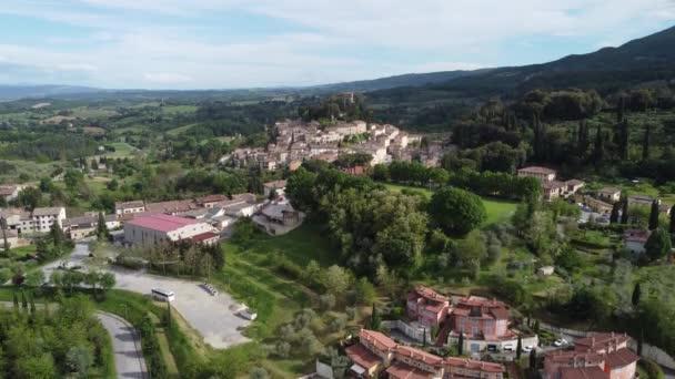 Légi kilátás a gyönyörű középkori falu Cetona, Toszkána, Olaszország, tavasszal.