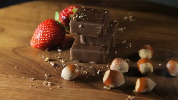 Čokoláda, jahody a ořechy