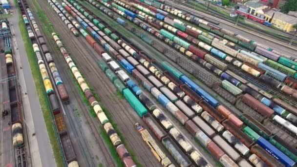 Vasúti udvaron sok vasútvonalak és tehervonatok, vasúti teherszállítás pályaudvaron, Orosz vasutak.