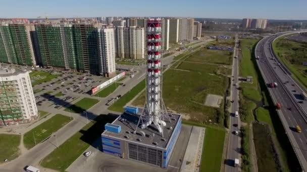 Letecký pohled na nové moderní plynovou kotelnou v rezidenční čtvrti města
