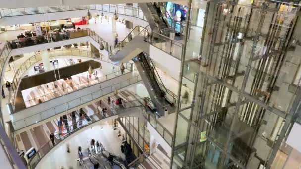 Emberek séta a bevásárló központ