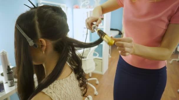 Primo piano del parrucchiere che fa acconciatura da sposa bella