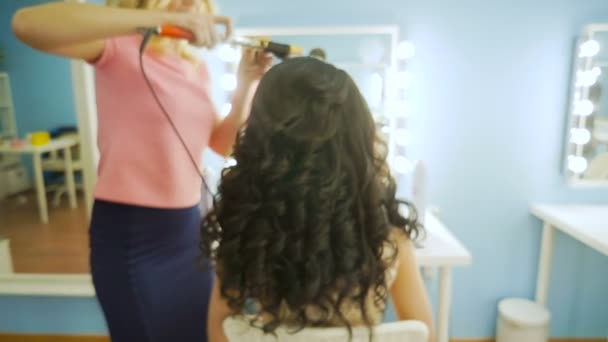 Close-up of hairdresser doing beautiful wedding hairstyle 3