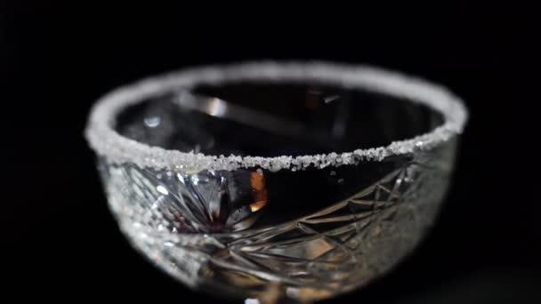 sklo lemované cukrem na koktejl v baru.