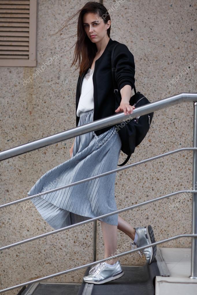 Женщина в юбке на лестнице фото 694-650