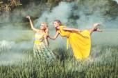 Fényképek a ruha nő felemel-a mező fölött