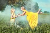 Fényképek Két nő tartani egymás kezét