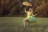 Fényképek felemel-lány egy ernyő