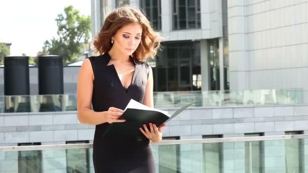 Egy üzletasszony olvasó egy szerződést a mappában.