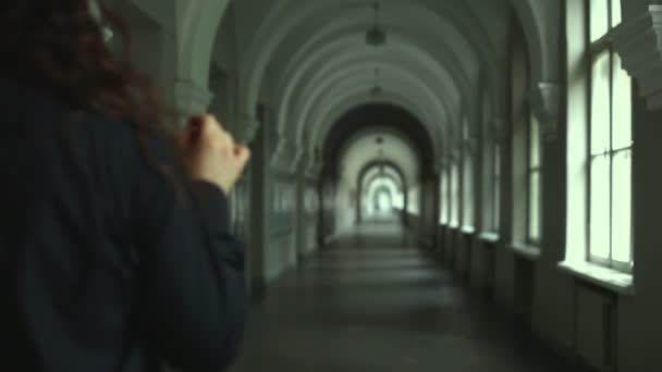 Männlichen Gothic Spaziergänge auf dem Flur