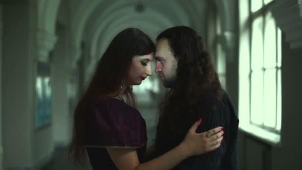 Unheimlich Mann und Frau, ihre Augen leuchten.