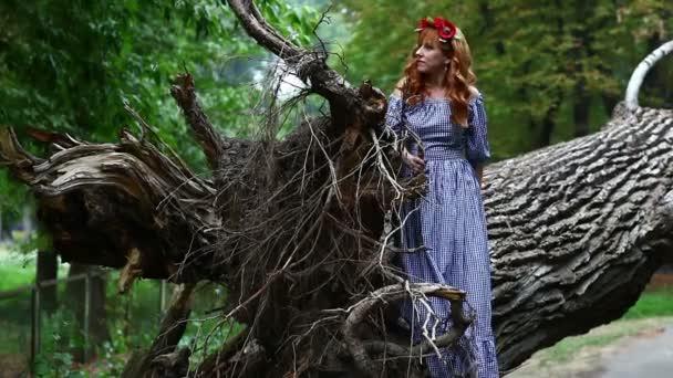 Dívka mezi naplaveného dřeva vypadá.
