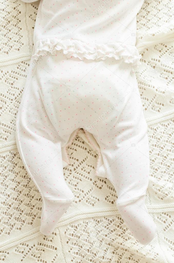 Kleine kleine Füße des neugeborenen Babys in spotted Strampler auf ...