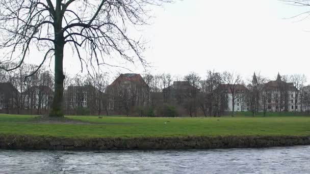 Schnell Fliessenden Fluss Im Stadtpark Schone Hauser Im Hintergrund Kreative Effekte