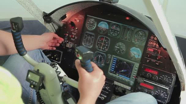 b8973947531e Amatőr pilóta kapcsolási ellenőrzések, kezdő motor, felkészülés a repülőgép  felszállás– stock felvétel