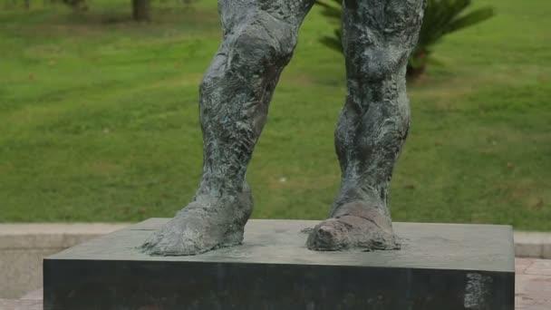 Kunstobjecten Voor Tuin : Antieke vrouwelijke standbeeld in centrale gemeentelijke tuin