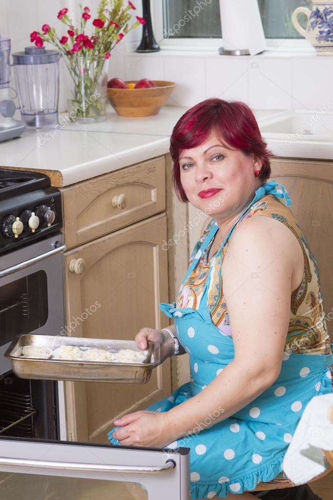 Mujer madura para hornear muffins en casa fotos de stock for Maduras en la cocina