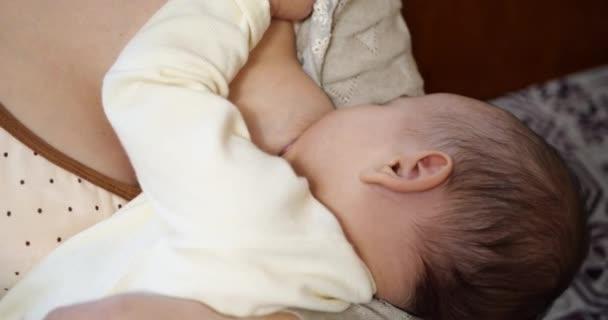 Mutter stillt Baby zu Hause. Mutterschafts- und Mutterschaftskonzept. Fröhlich mama genießen stillen