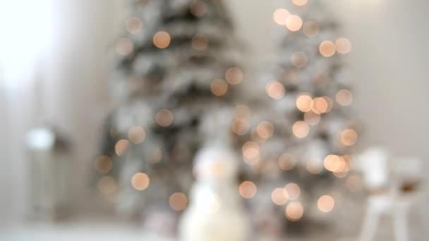 Defokted karácsonyfa fények és díszek. Elmosódott sziluett egy karácsonyfa fények világít. Hangulatos elvont karácsonyi koncepció.