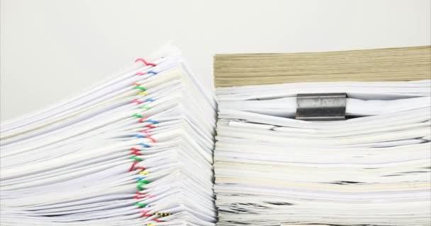 Přetěžování dokument a obálky na papírování s bílým pozadím časová prodleva