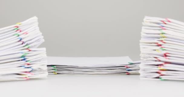 Přetížení papírování mají dvojí rozostření hromadu dokument popředí časová prodleva